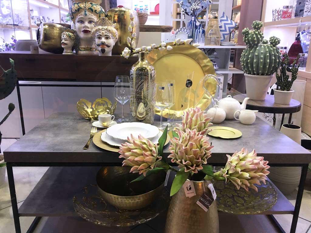 Apparecchiare la tavola utilizzando il color oro