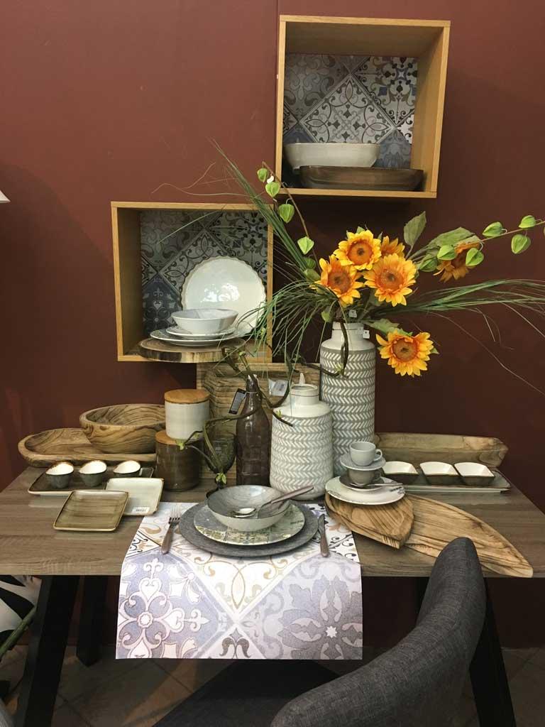 Tavolo con accessori per la tavola elegante