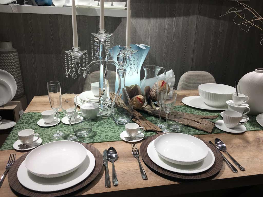Negozi Innovativi  Tavolo con accessori per la tavola elegante