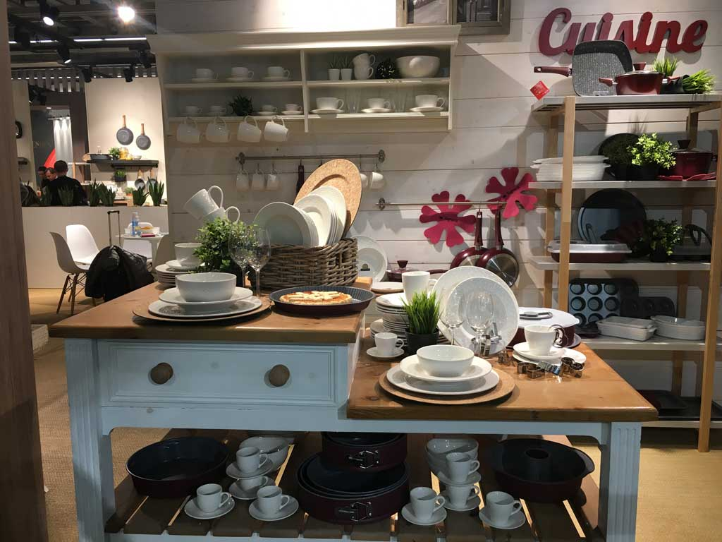 Negozi Innovativi Tavolo in cucina con tutti gli accessori