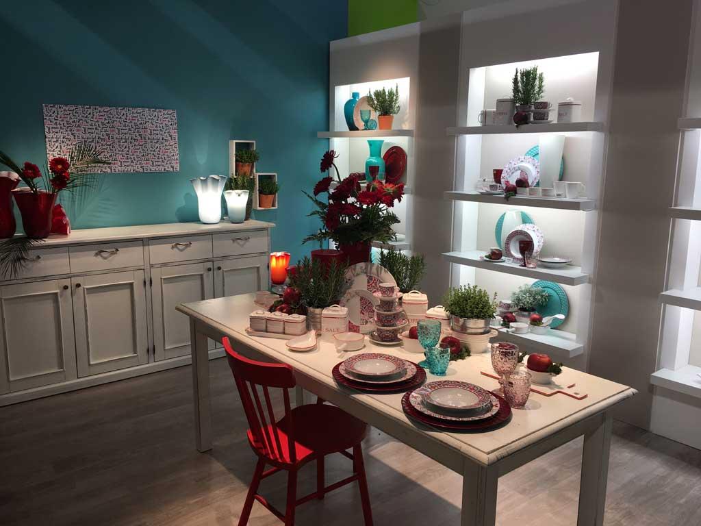 Negozi Innovativi Come curare la'arredamento di un angolo di casa. Tavolo con accessori per la tavola di tutti i giorni