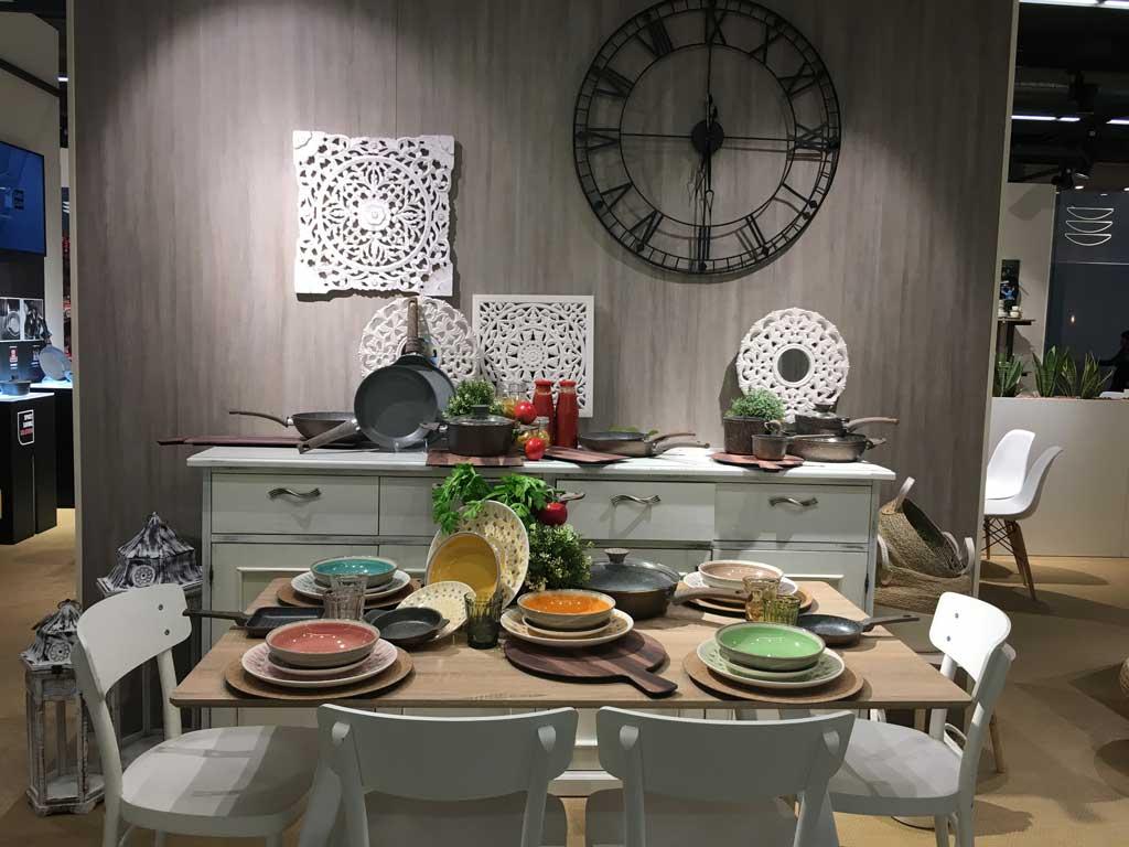Negozi Innovativi Tavolo in cucina con tutti gli accessori. Tavolo con accessori per la tavola di tutti i giorni.