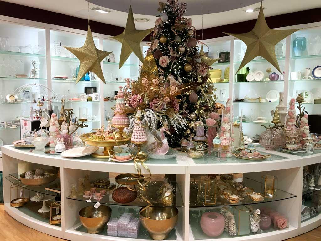 Albero di Natale Rosa e Oro e tanti oggetti del mondo casa con i colori rosa e oro