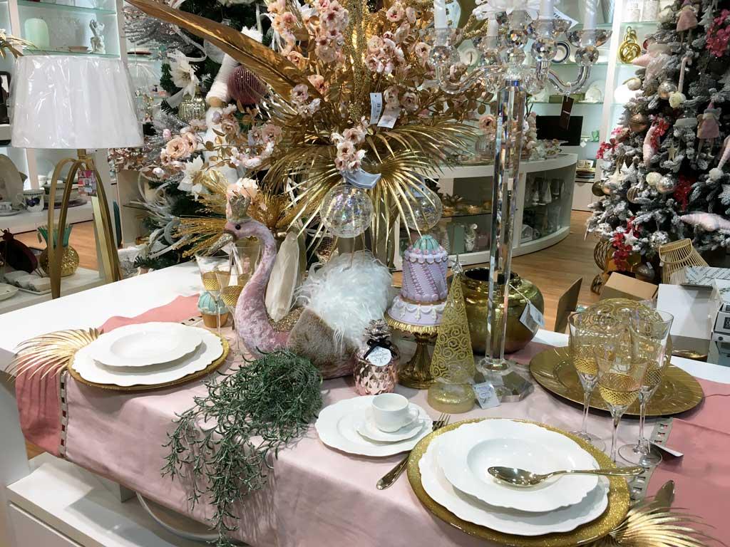 Tavola apparecchiata con piatti bianchi e decorazioni natalizie