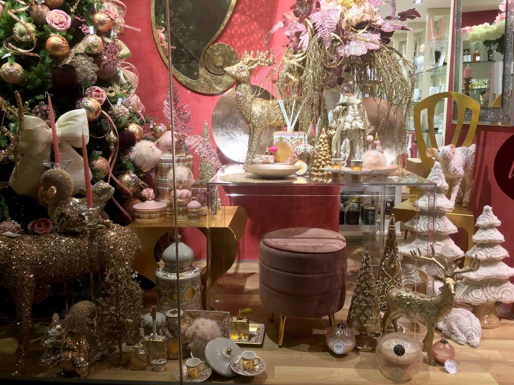 Il pouf rosa, così come il tavolino e la sedia oro, accompagnano i gruppi di oggettistica con gli stessi colori