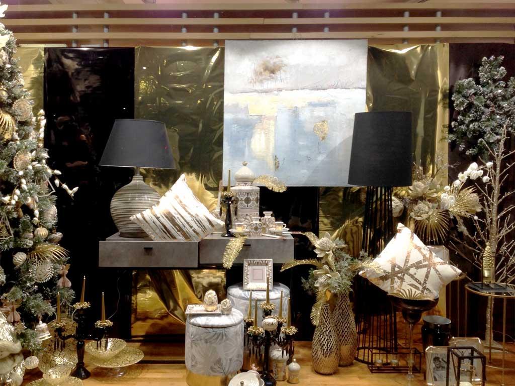 Vetrine Natalizie Tradizionali con oggetti di colore Nero, Bianco e Oro