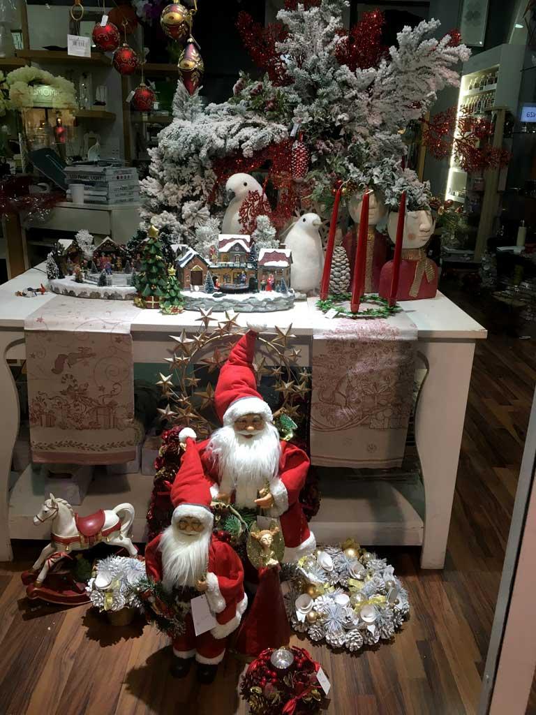 Vetrina di Natale Tradizionale con Babbi Natale e paesaggi innevati