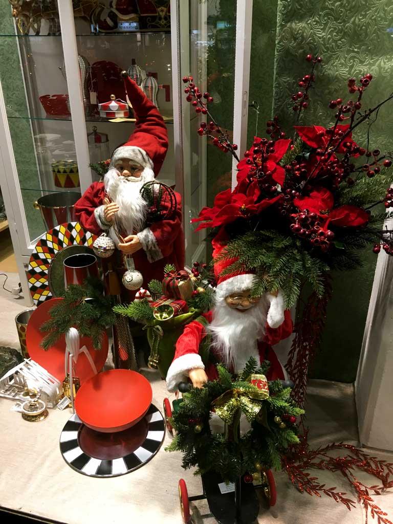 Due Babbi Natale in una vetrina tradizionale