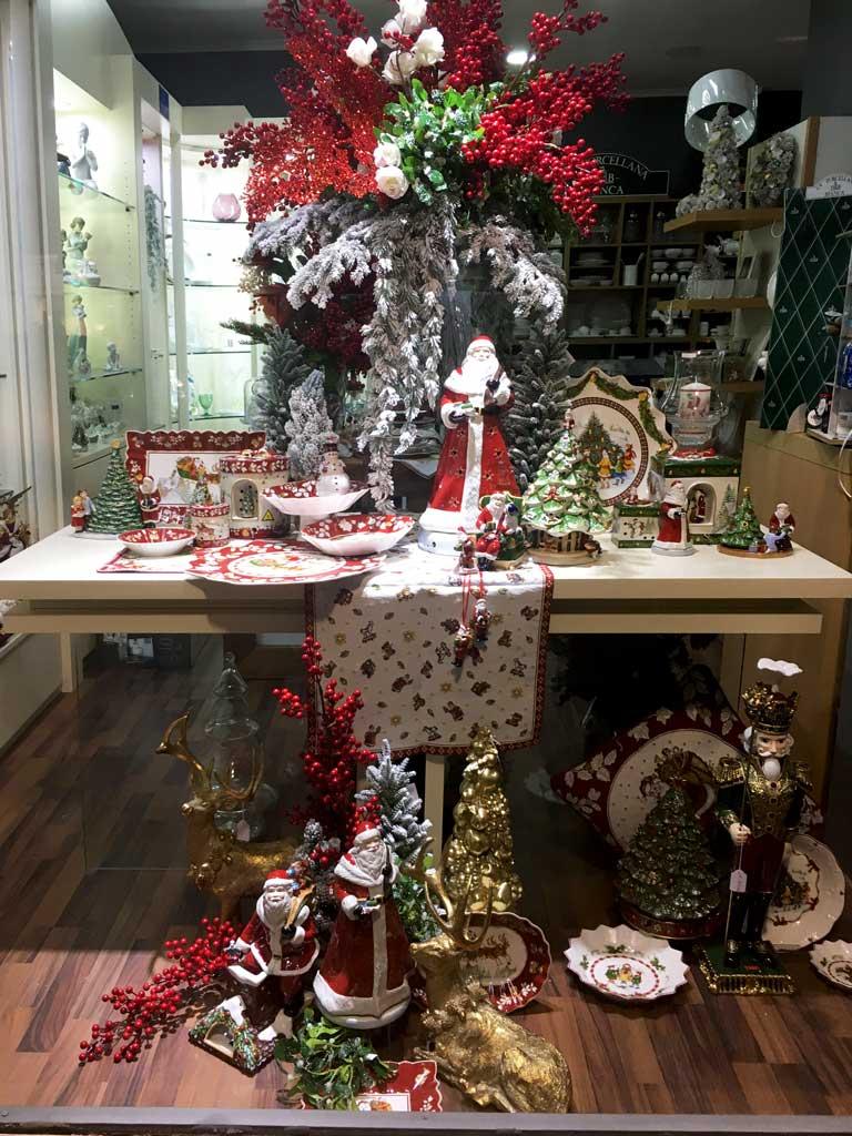 Vetrina di Natale Tradizionale nei colori rosso verde e oro